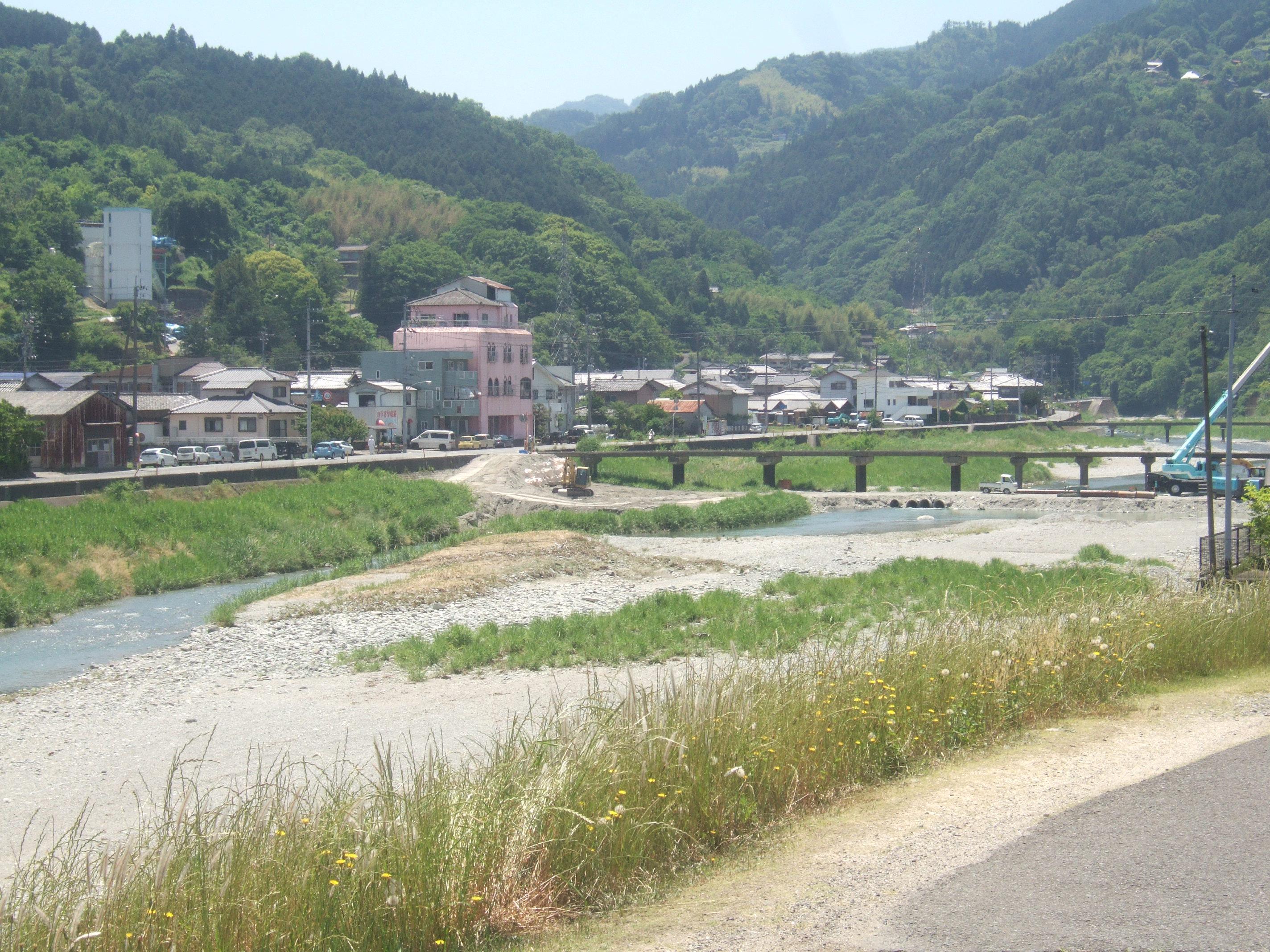 当社の周辺風景川と山